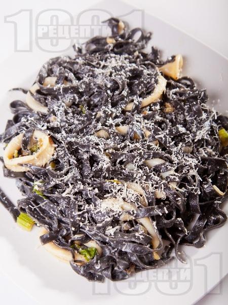 Черна паста (спагети или талятели) с калмари и сметана - снимка на рецептата